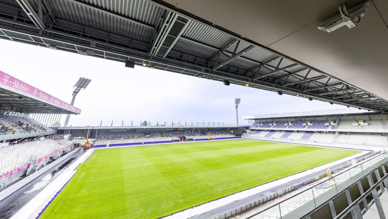 Beeindruckender Blick in die neue Generali Arena: Über die gesamte Länge der Dachkonstruktion sorgt das Geberit Pluvia Dachentwässerungssystem dafür, dass Regenwasser gesammelt und zur Bewässerung des Rasens eingesetzt werden kann.
