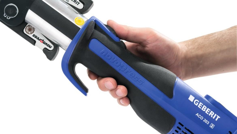 Ergonomische Bedienung des Presswerkzeugs mit rutschfesten und kompakten Griff